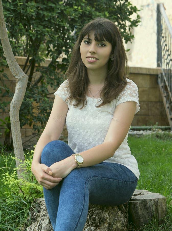 Een jong meisje in openlucht stock afbeelding