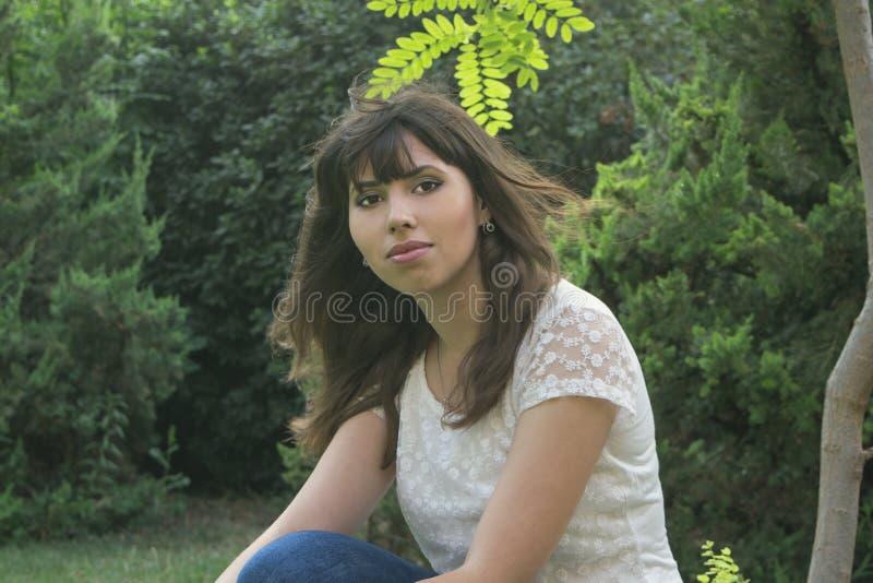 Een jong meisje in openlucht stock foto