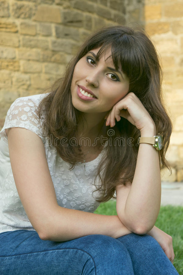 Een jong meisje in openlucht royalty-vrije stock foto's