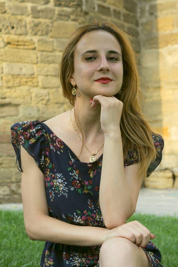 Een jong meisje in openlucht royalty-vrije stock afbeelding