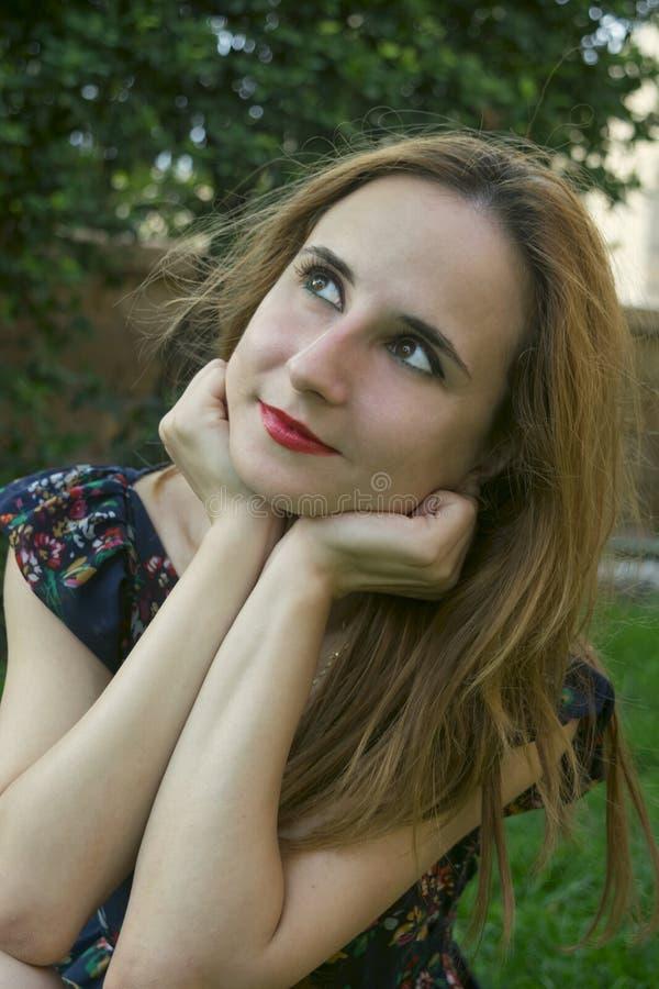 Een jong meisje in openlucht stock fotografie