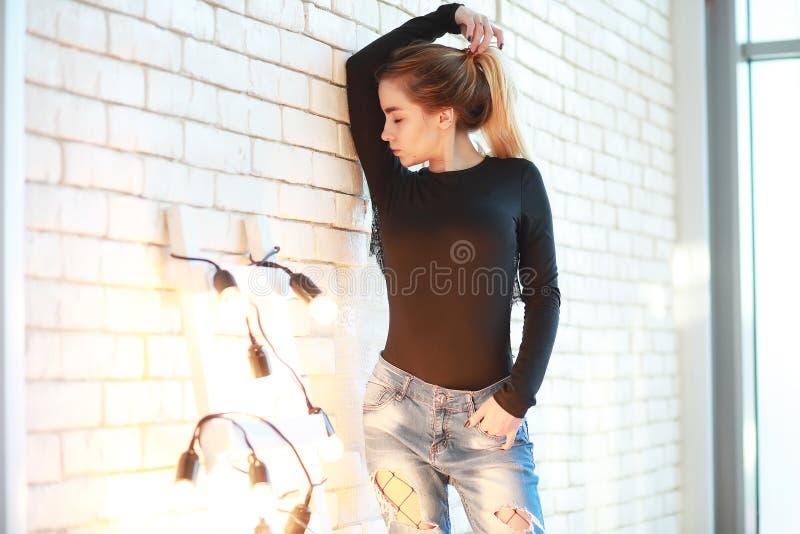 Een jong meisje rust in een comfortabele ruimte stock afbeelding