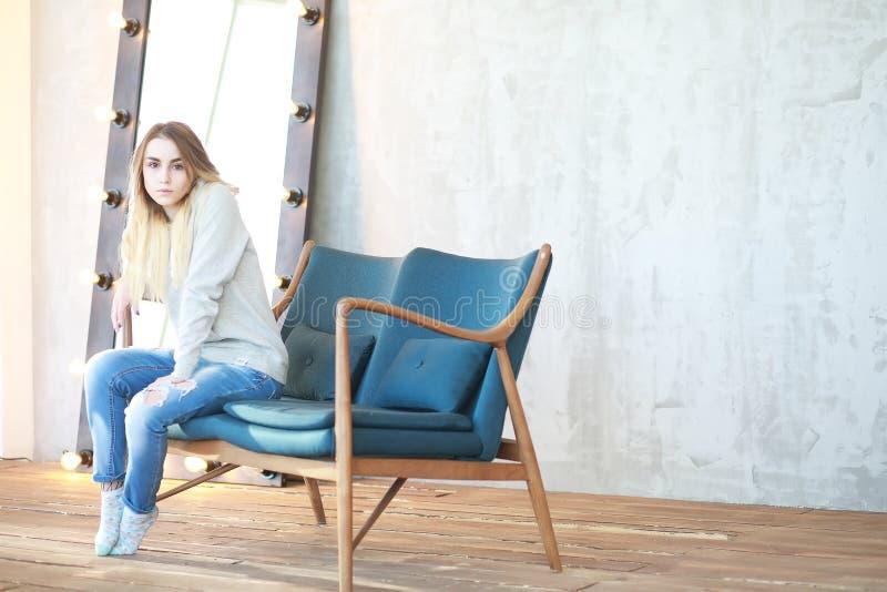 Een jong meisje rust in een comfortabele ruimte royalty-vrije stock fotografie