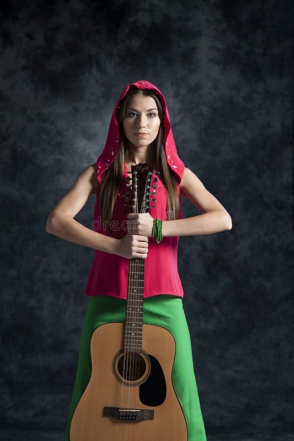 Een jong meisje speelt de gitaar royalty-vrije stock foto