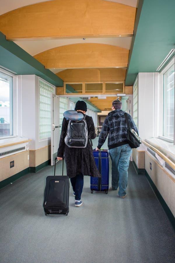 Een jong paar bij de luchthaven stock afbeelding