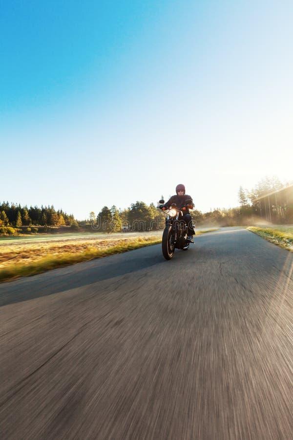 Een jong personenvervoer een bijl op een weg royalty-vrije stock afbeelding