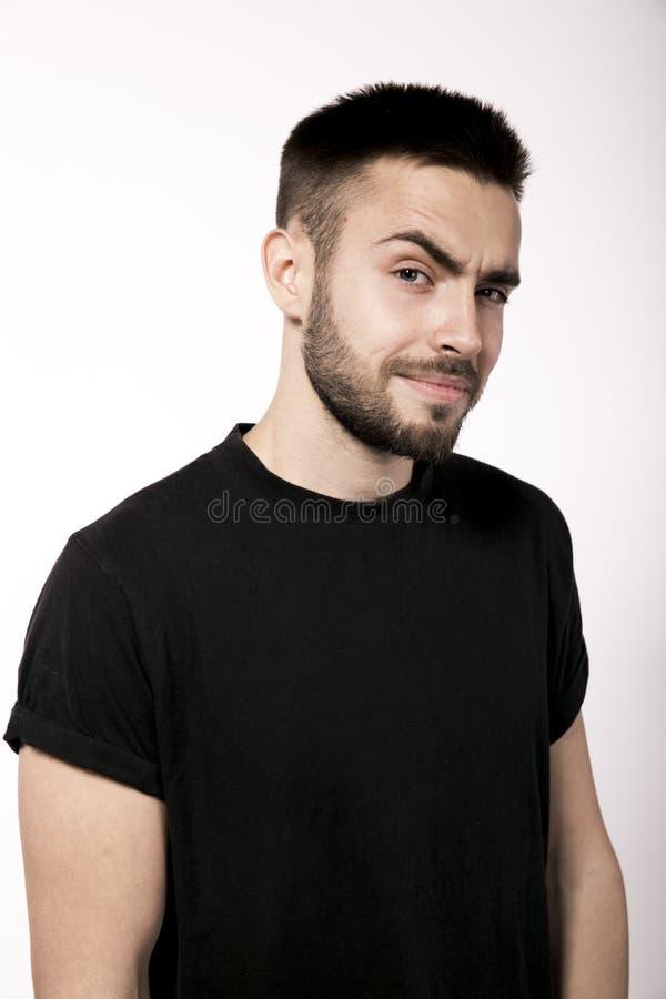 Een jonge aantrekkelijke bruin-haired mens met een kleine modieuze baard a stock fotografie