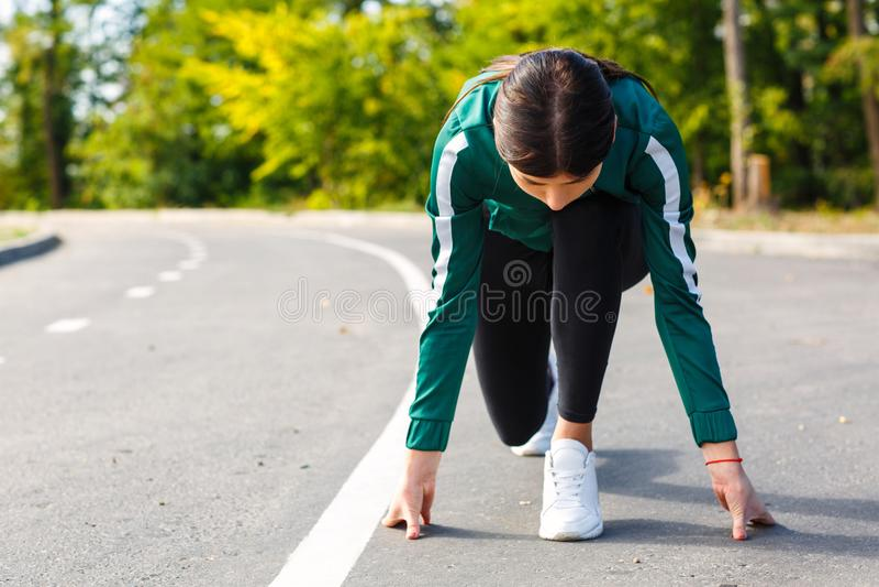 Een jonge, aantrekkelijke en sportieve vrouw die openlucht gaan in werking stellen stock foto