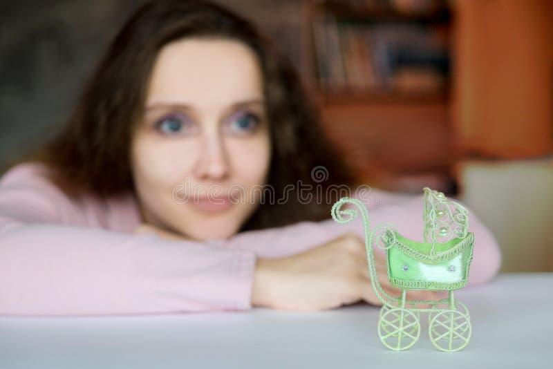 Een jonge aantrekkelijke vrouw met een hoop en een enthousiasme ziet dreamily aan de toekomst vooruit royalty-vrije stock foto's
