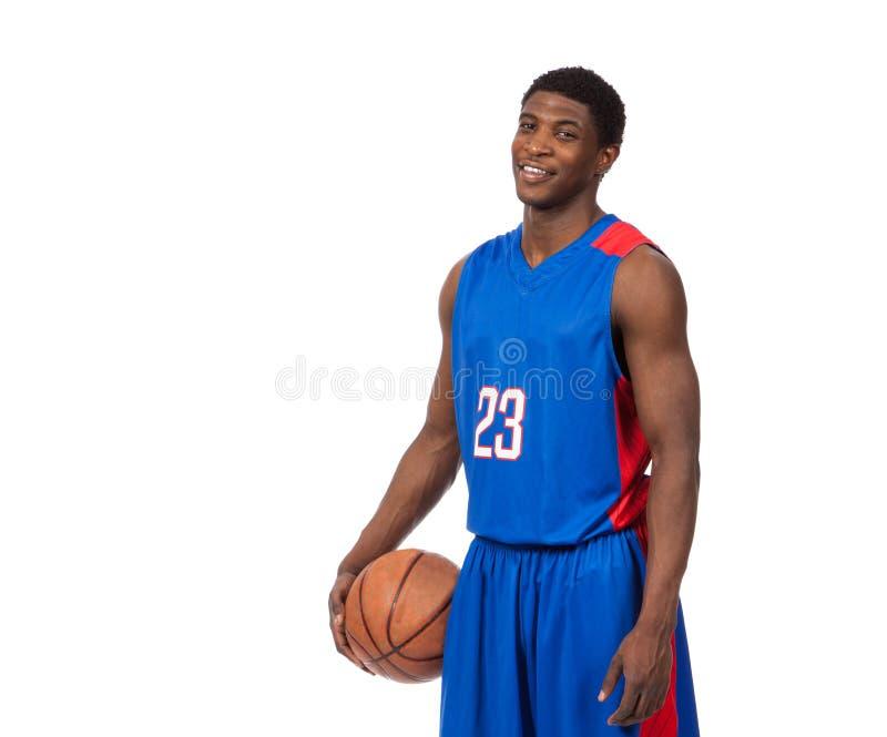 Een jonge Afrikaanse Amerikaanse basketbalspeler stock foto's