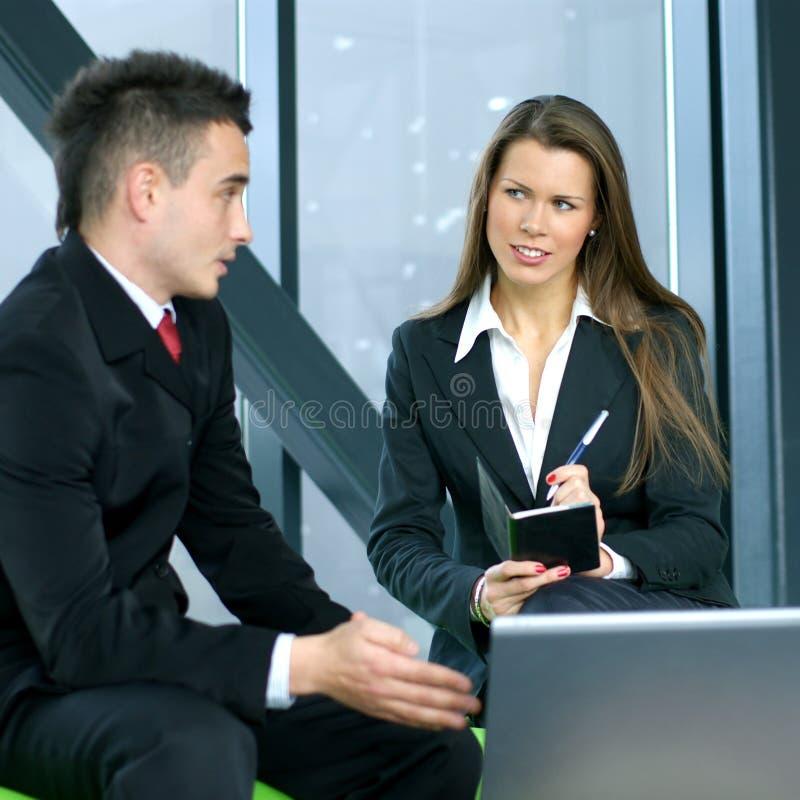 Een jonge bedrijfsvrouw interviewt een man stock afbeelding