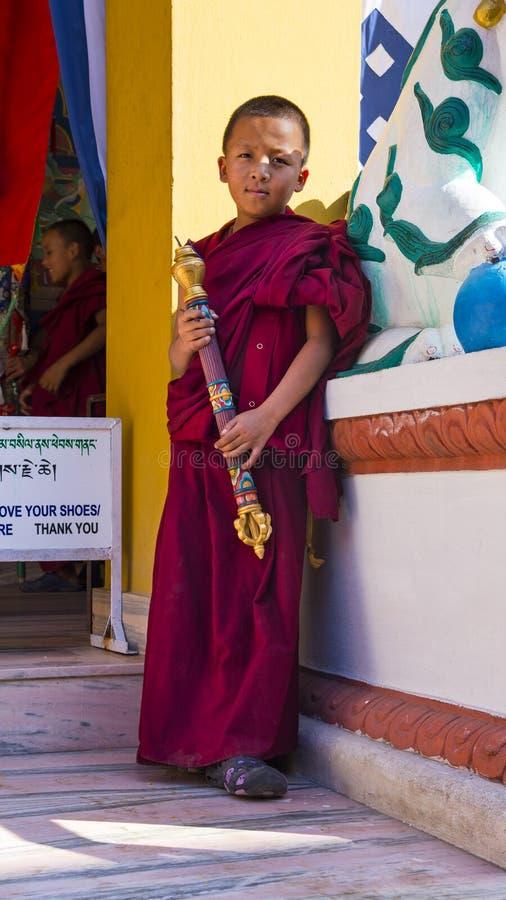 Een Jonge beginnermonnik houdt wierookbrander, Nepal stock afbeeldingen