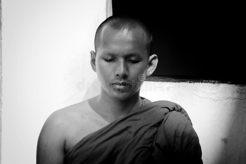 Een jonge boeddhistische monnik in diepe meditatie stock afbeeldingen