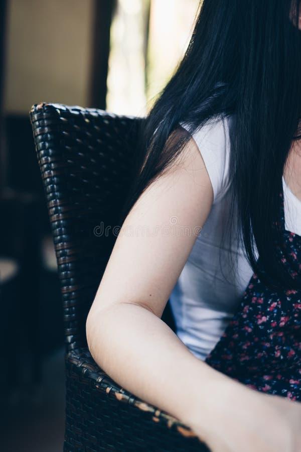 Een jonge damezitting op een stoel royalty-vrije stock foto
