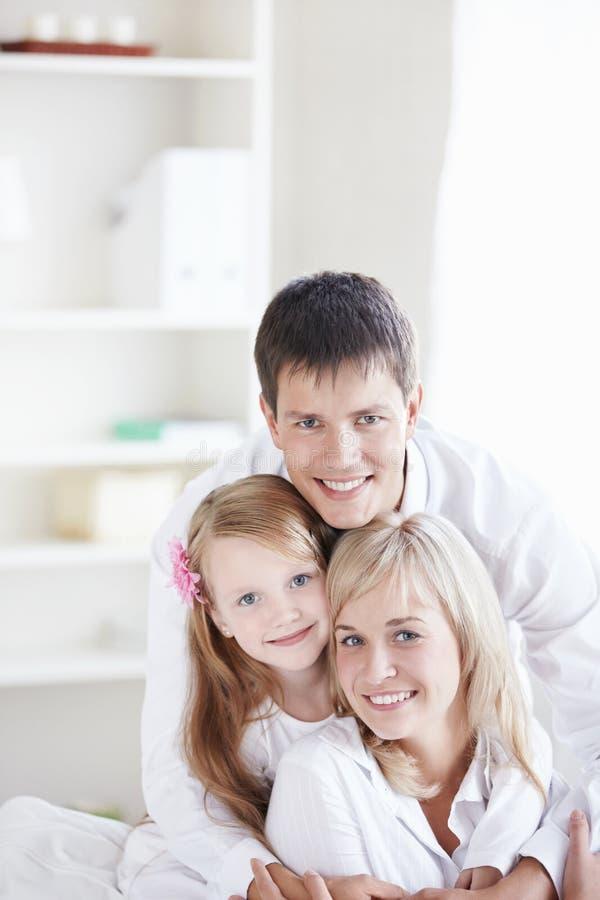 Een jonge familie thuis royalty-vrije stock afbeelding