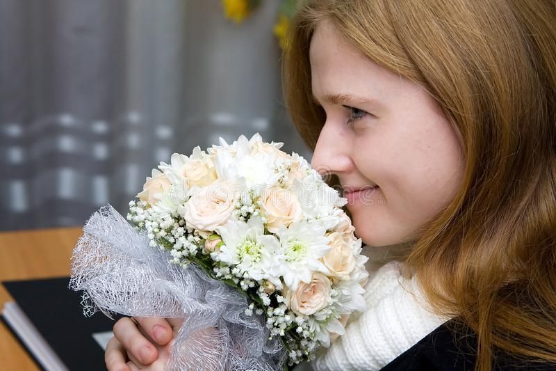 Een jonge fiancee met een huwelijksboeket royalty-vrije stock fotografie