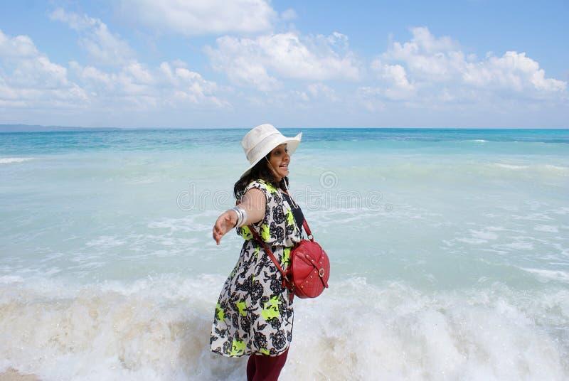 Een jonge Indische vrouw die in het overzees van Radhanagar-Strand, Havelock-Eiland genieten van royalty-vrije stock foto