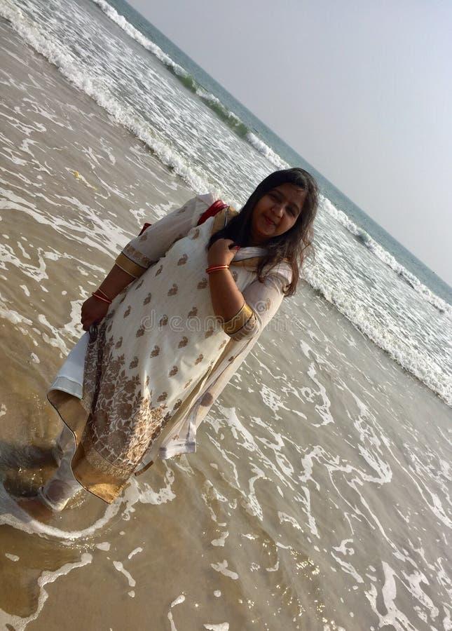 Een jonge Indische vrouw in het strand stock afbeeldingen