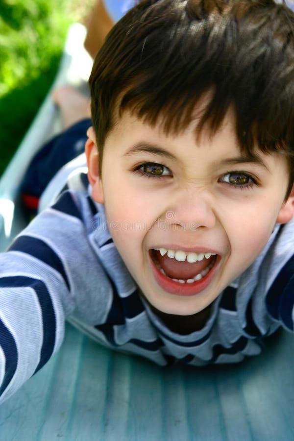 Een jonge jongen die pret heeft in openlucht stock foto's