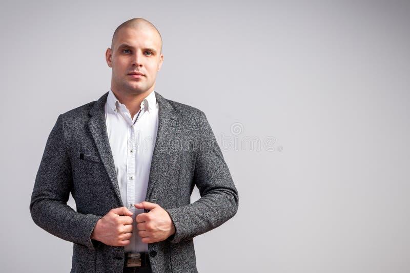 Een jonge kale mens in kostuum stock fotografie