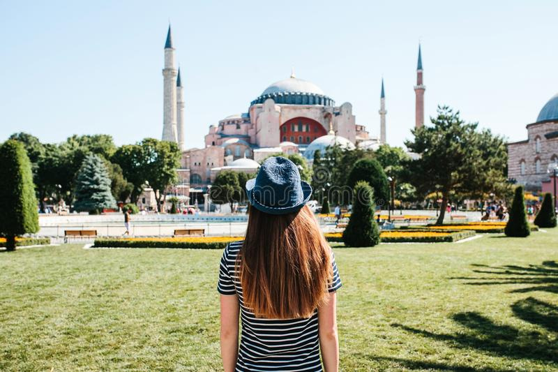 Een jonge meisjesreiziger in een hoed van de rug in Sultanahmet-Vierkant naast de beroemde Aya Sofia-moskee in Istanboel royalty-vrije stock foto's