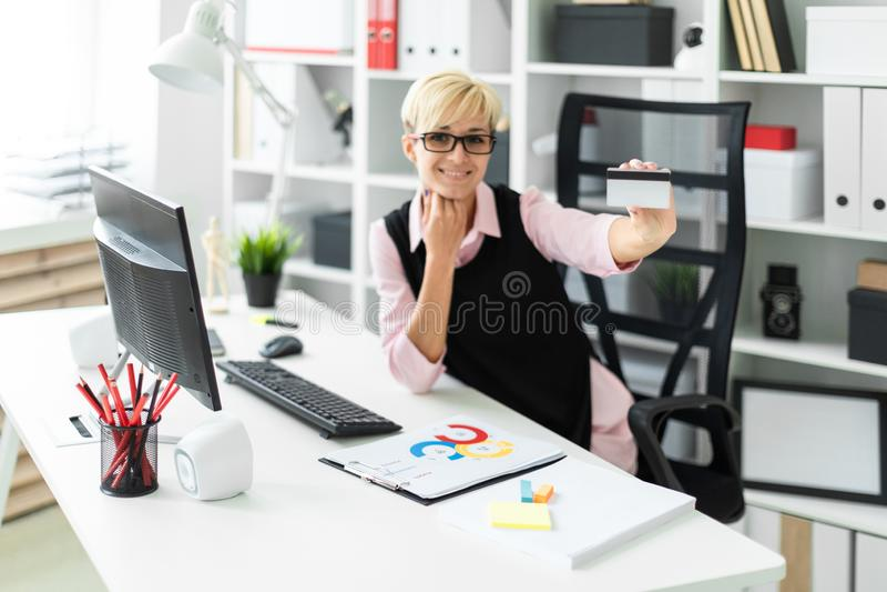 Een jonge meisjeszitting bij een computerlijst en de rek versturen een Betaalpas Foto met velddiepte, benadrukte nadruk stock afbeelding