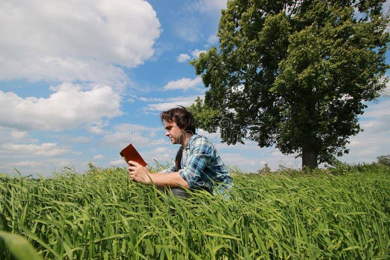 Download Een Jonge Mens Bekijkt Een Kaart Stock Foto - Afbeelding bestaande uit groen, landschap: 107708478