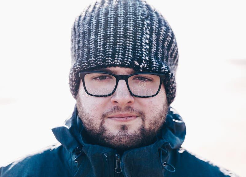 Een jonge mens die direct de camera in wollige hoed bekijken royalty-vrije stock foto's