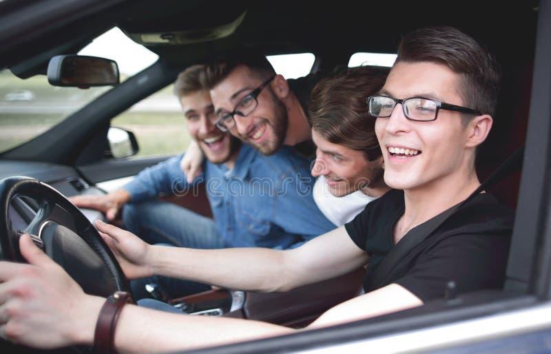 Een jonge mensenritten in een auto bij hoge snelheid royalty-vrije stock afbeelding