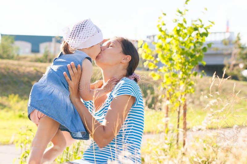 Een jonge moeder met een kind in het park royalty-vrije stock fotografie