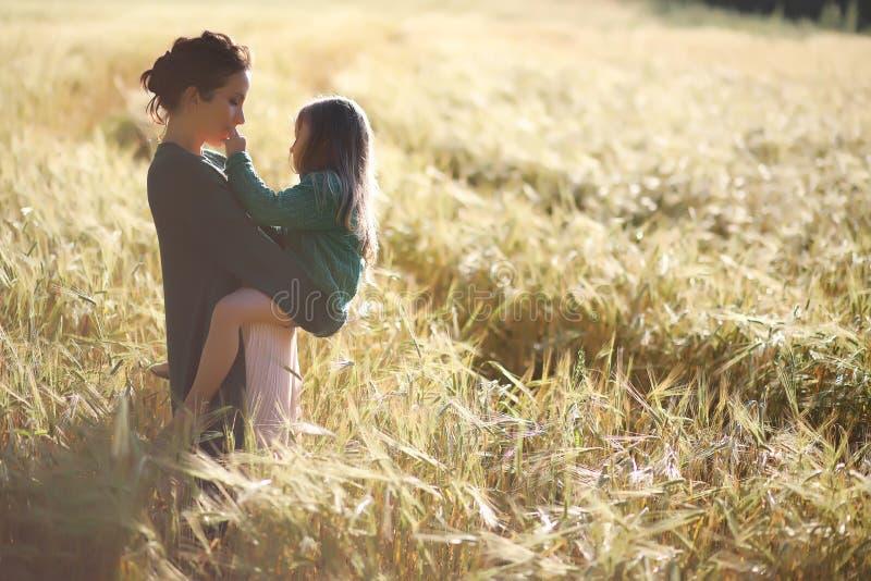 Een jonge moedergang op tarwegebieden stock fotografie