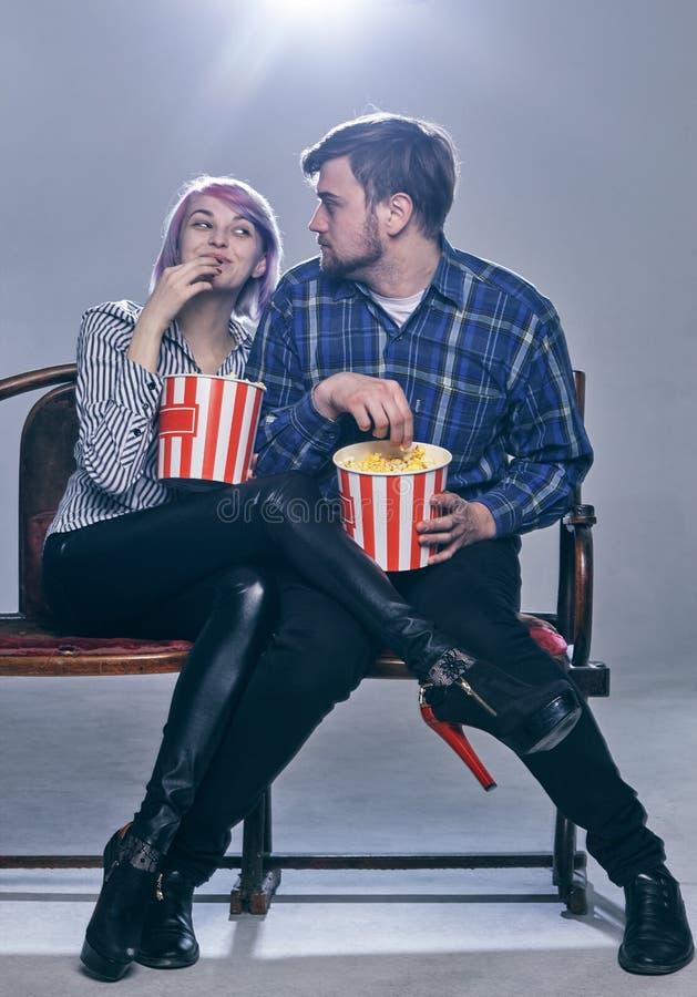 Een Jonge paar het letten op film Zij zijn ongerust gemaakt stock fotografie