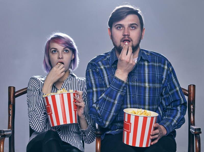 Een Jonge paar het letten op film Zij zijn ongerust gemaakt stock foto