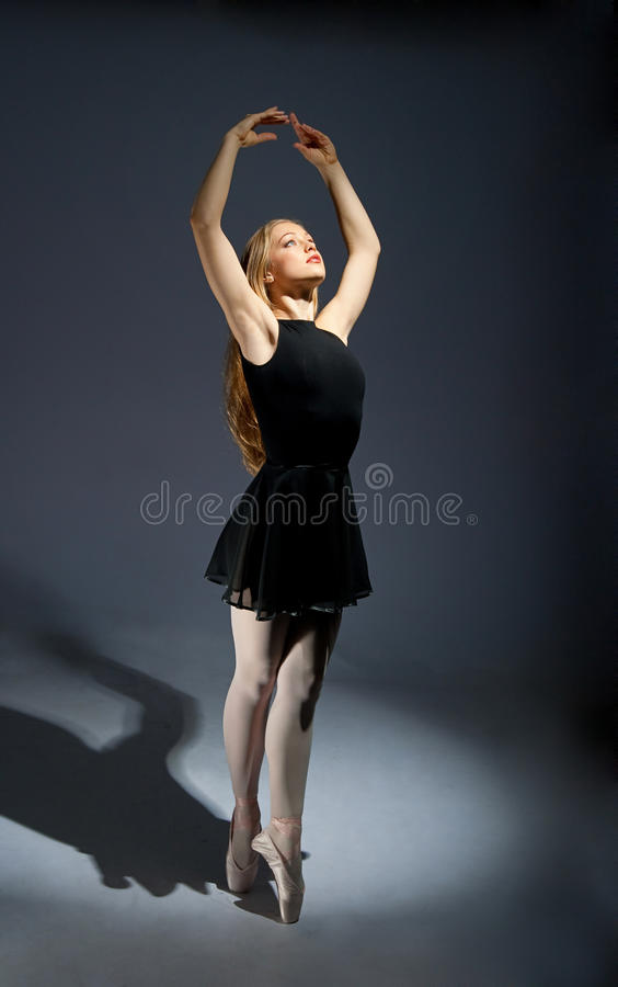 Een jonge prachtige ballerina royalty-vrije stock foto
