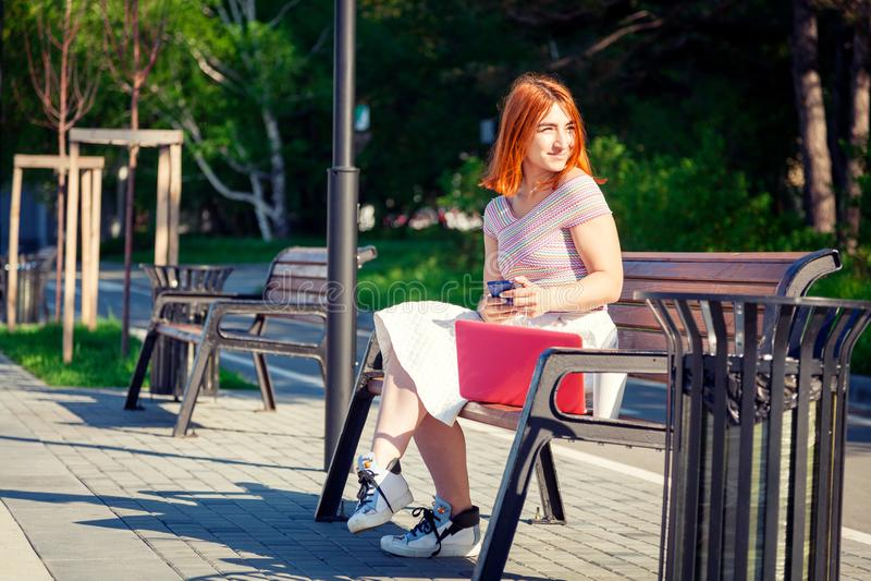 Een jonge roodharige vrouw in park royalty-vrije stock fotografie