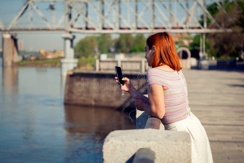 Een jonge roodharige vrouw in park royalty-vrije stock afbeelding