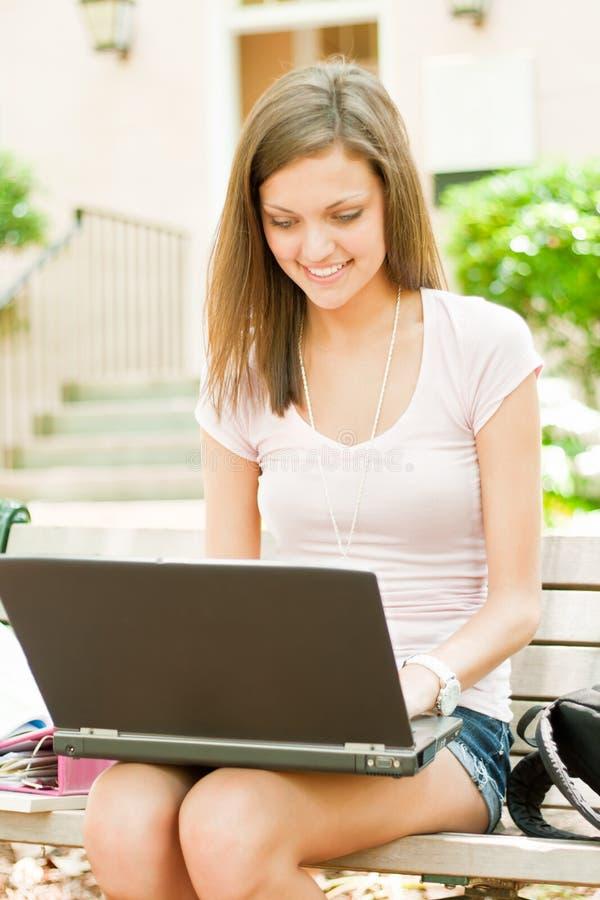 Een jonge student klaar voor klasse royalty-vrije stock afbeelding