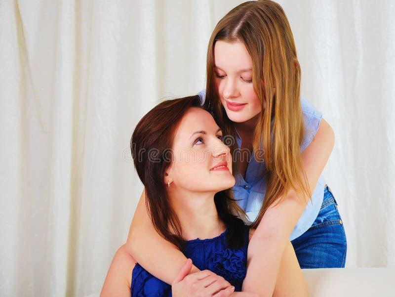 Een jonge tienerdochter met een moeder stock afbeelding