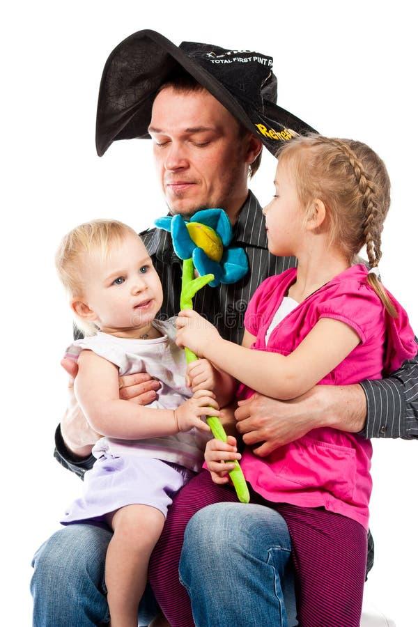 Een jonge vader die met kinderen speelt stock afbeelding