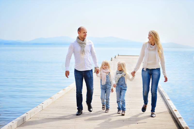 Een jonge, vriendschappelijke familie: de vader, de moeder en twee dochters zijn w stock afbeeldingen