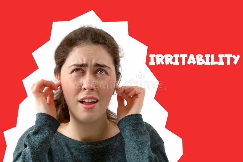 Een jonge vrouw behandelt haar oren van het lawaai Emotie van ontevredenheid en irritatie op het gezicht Rode achtergrond comics royalty-vrije stock foto's