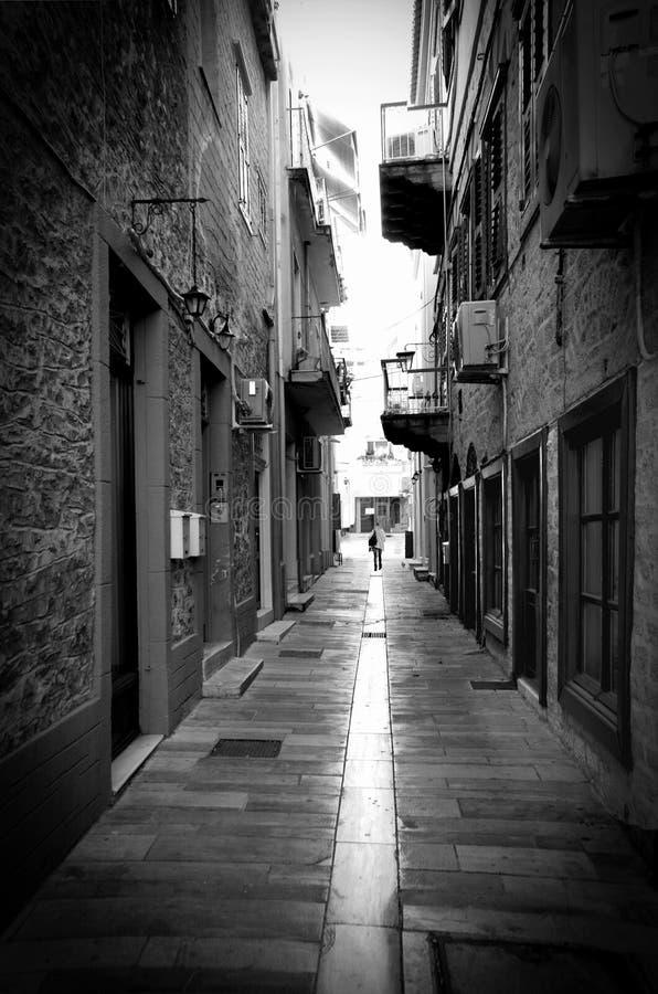 Een jonge vrouw die alleen in de Griek de stad in van Naflpion ci lopen stock afbeelding