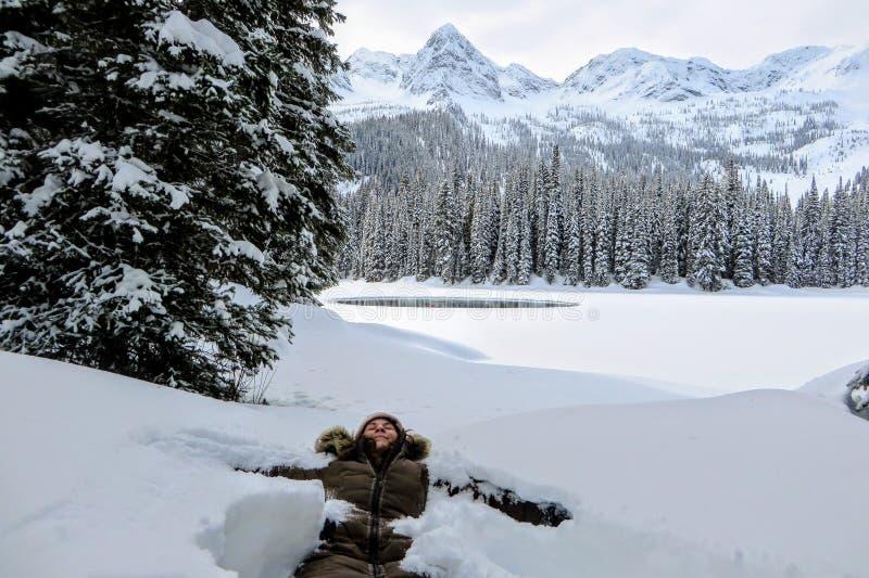 Een jonge vrouw die pret hebben rond Eilandmeer in Fernie, Brits Colombia, Canada De majestueuze de winterachtergrond is mooi royalty-vrije stock fotografie