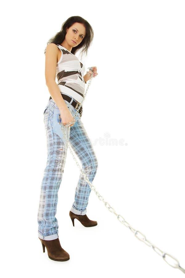 Een jonge vrouw loopt op een ketting uw huisdier stock afbeeldingen
