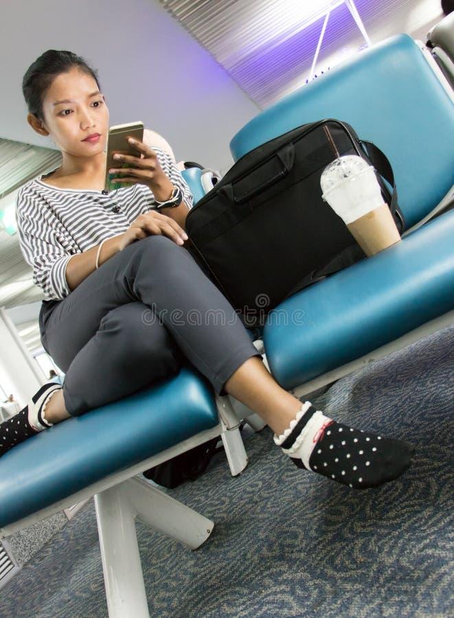 Een jonge vrouw met mobiele telefoon stock foto's