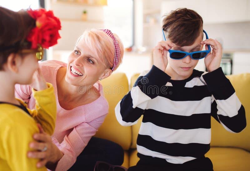 Een jonge vrouw met twee kinderen die pret hebben thuis royalty-vrije stock foto