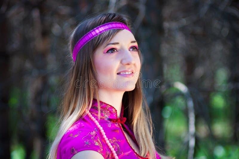 Een jonge vrouw in een roze kleding stock foto