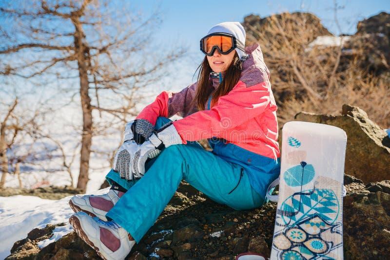 Een jonge vrouw in een skimasker rust op de berg royalty-vrije stock foto's