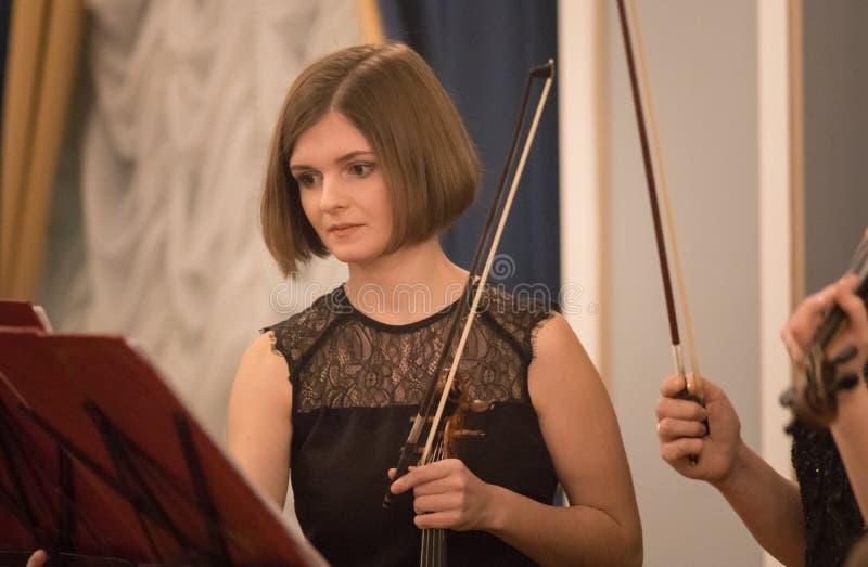 Een jonge vrouwenviolist die een boog houden - een overleg royalty-vrije stock foto's
