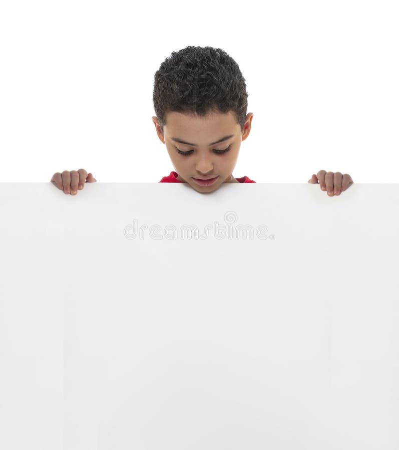 Een Jonge Witte Raad van de Jongensholding met Exemplaarruimte, Reclameconcept royalty-vrije stock foto's